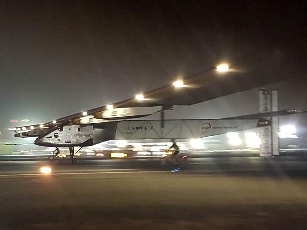 O avião Solar Impulse II pousa em aeroporto de Abu Dhabi, nos Emirados Árabes Unidos. Movida apenas por energia solar, a aeronave completou a volta ao mundo após aterrissar às 4h05 (horário local), mesmo ponto de onde partiu em março de 2015 (Foto: Aya Batrawy/AP)