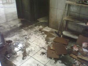 Segundo PM, homem com distúrbio mental tentou incendiar prédio da  Secretaria de Saúde (Foto: Jair Gomes )