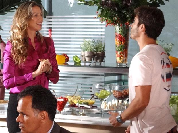 Zenon tenta se aproximar de Vânia (Foto: Guerra dos Sexos / TV Globo)