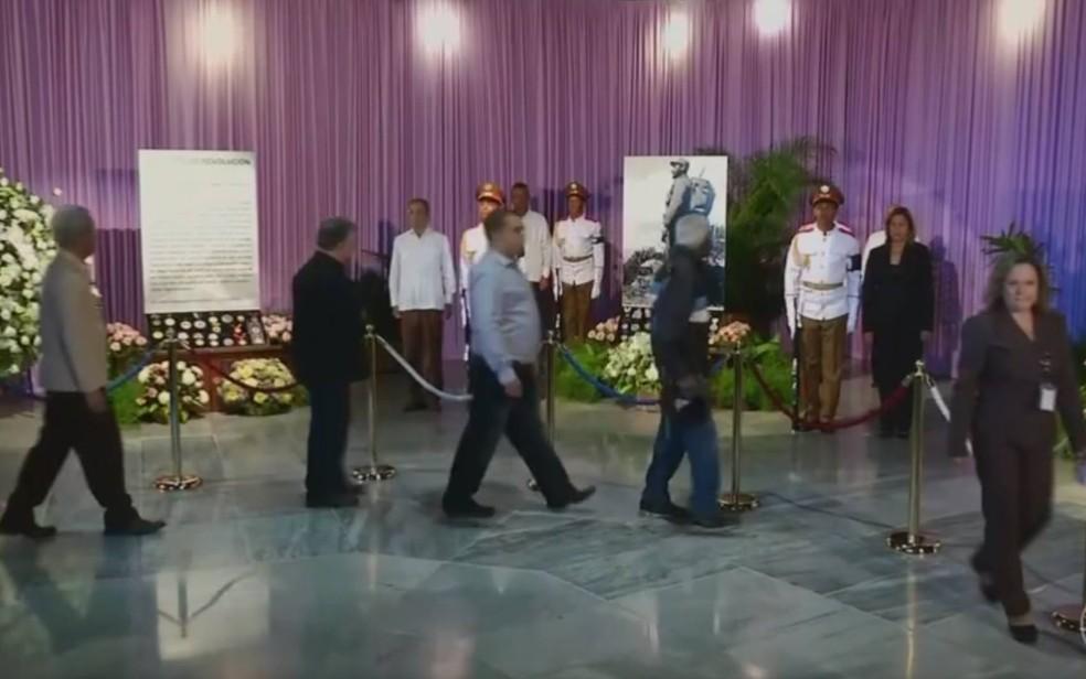 Interior do memorial a Fidel em Havana, guardado por soldados (Foto: Reprodução/TV Globo)