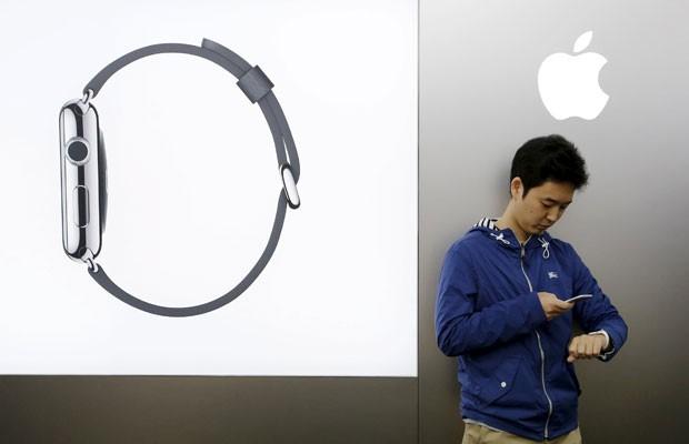Consumidor japonês configura Apple Watch após adquiri-lo em loja de Tóquio. (Foto: Toru Hanai/Reuters)