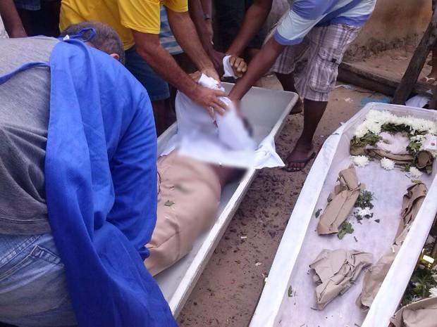 Lavrador foi vítima de acidente de trânsito e era velado por familiares e amigos (Foto: Junior Catita/Blog do Catita)