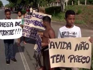 Protesto de moradores após morte de criança atropelada na BR-415 (Foto: Reprodução/TV SantaCruz)