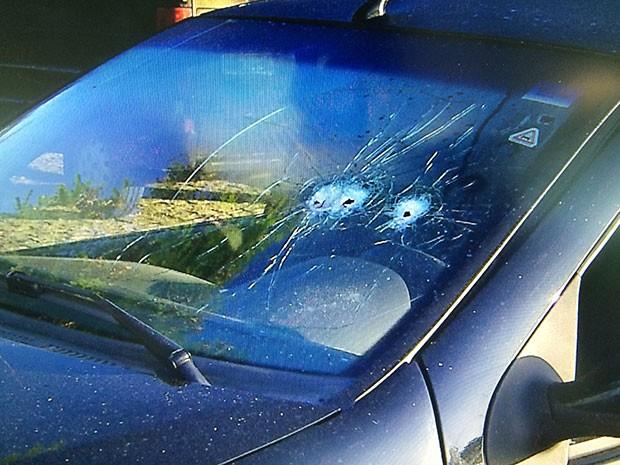 Na troca de tiros, vários disparos atingiram o para-brisa do automóvel (Foto: Reprodução/Inter TV Cabugi)
