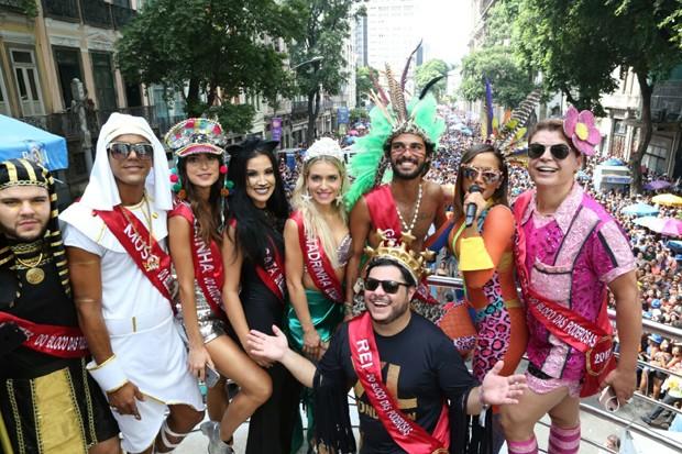 Anitta com amigos no Bloco das Poderosas (Foto: Reginaldo Teixeira)