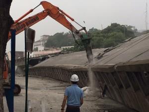 Poucos minutos após implosão da Perimetral, máquinas já trabalhavam para retirar a estrutura (Foto: Mariucha Machado/G1)