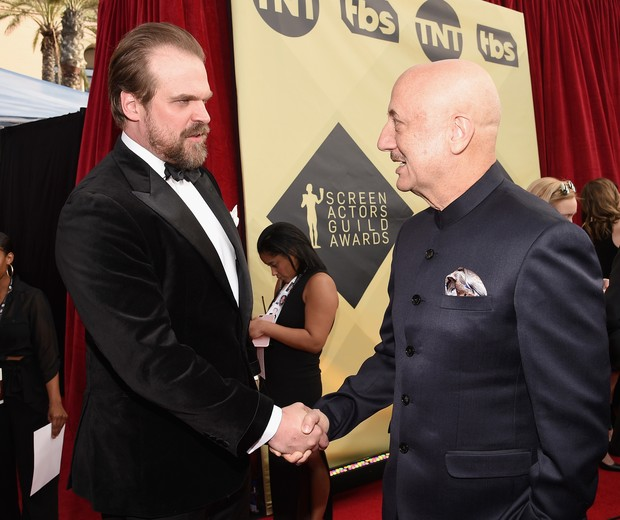 LOS ANGELES, CA - JANUARY 21:   (L-R) Actors David Harbour and Anupam Kher attend the 24th Annual Screen Actors Guild Awards at The Shrine Auditorium on January 21, 2018 in Los Angeles, California.  (Photo by Kevork Djansezian/Getty Images) (Foto: Getty Images)