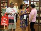 Glória Pires faz compras em shopping no Rio