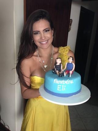 Kamilla com o bolo de Eliéser (Foto: Arquivo Pessoal)