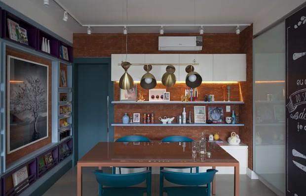 Cores vibrantes resolvem apartamento sem quebra-quebra (Foto: Marco Antonio/Divulgação)
