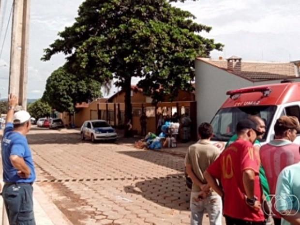 Criminosos fazem três reféns durante tentativa de assalto em Indiara, Goiás (Foto: Reprodução/TV Anhanguera)