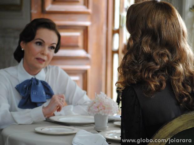 Será que a vendedora vai contar para alguém o segredo da vilã? (Foto: Joia Rara/TV Globo)