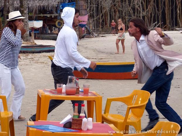 Reinaldo tenta dar um soco em Juliano, mas nem chega perto de machucar o pescador (Foto: Flor do Caribe / TV Globo)