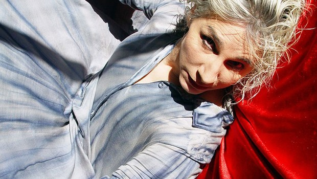 """A atriz Denise Stoklos celebra 45 anos de carreira com """"Carta ao Pai"""": linguagem do teatro essencial para expressar as mágoas de Franz Kafka em relação ao pai (Foto: Thais Stoklos / Divulgação)"""