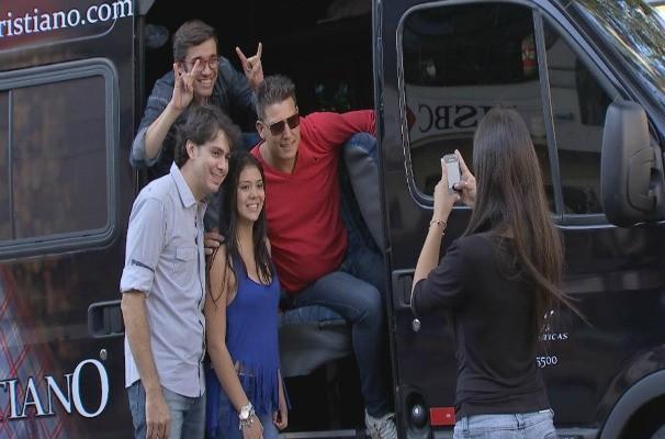 Marcos Paiva encontra entrevista a dupla Christian e Cristiano em Itapeva (Foto: Reprodução/TV TEM)