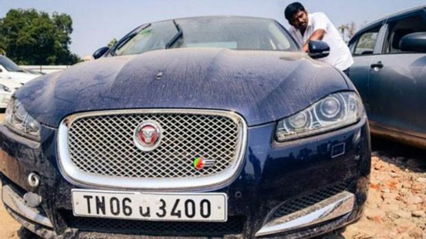 Carros de luxo atingidos por enchente são vendidos por preços muito mais baixos que os do mercado. (Foto: BBC)