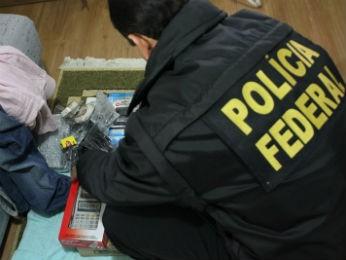 Policiais recolhem documentos e objetos durante ação  (Foto: Divulgação / Polícia Federal)
