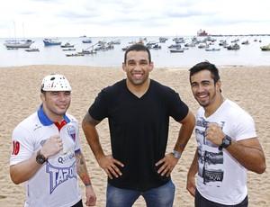 Werdum (ao centro) posa com os cearenses Rony Jason (à esquerda) e Pepey (à direita) (Foto: Divulgação/Wander Roberto/UFC)