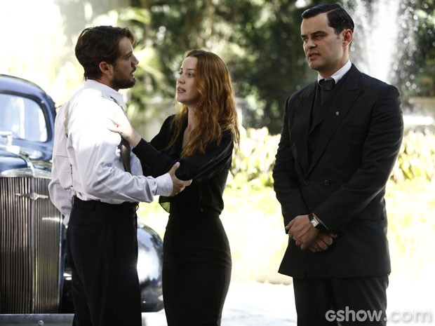 Sílvia fica dividida quando Viktor garante que Manfred tentou matá-la (Foto: Inácio Moraes/TV Globo)