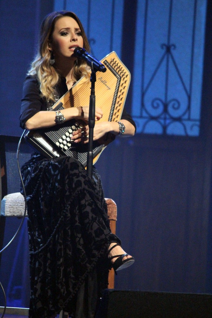 """Sandy toca auto-harpa na introdução de """"Pés Cansados"""", mas a emoção foi tanta na apresentação em Curitiba, que ela confessou: """"Até errei!"""" (Foto: Lucas Sarzi)"""