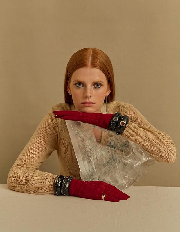 Anel de granada e diamantes (R$ 6.120), brincos de rubi e diamantes e braceletes de granada e diamantes. Vestido Cris Barros e luvas B.Luxo (Foto: Mar+Vin)