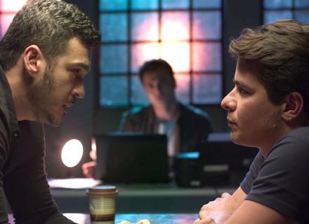 Domênico interroga Júlio e garçom se desespera
