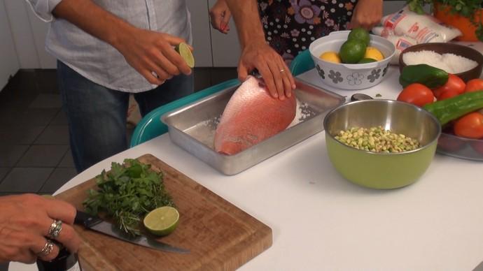 Peixe em crosta de sal grosso (Foto: TV Bahia)