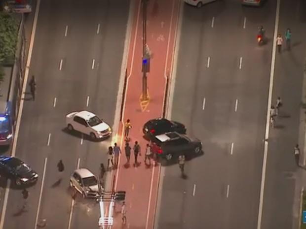 Motoristas retornam pela ciclovia da Avenida Paulista (Foto: Reprodução/TV Globo)