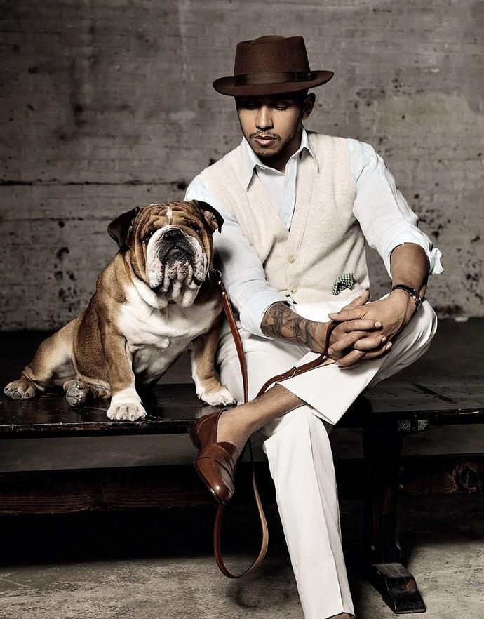 """Lewis Hamilton posa com o mascote, o cãozinho Roscoe, para ensaio da revista """"Man of the World"""" (Foto: Divulgação)"""