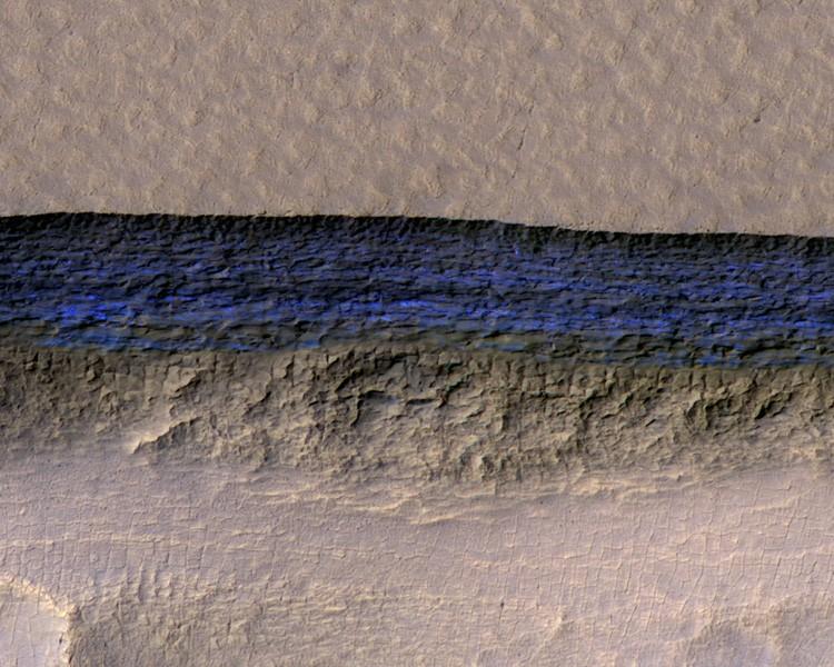 Trecho azul representa uma faixa de 80 metros de gelo exposto na superfície de Marte (Foto: NASA)