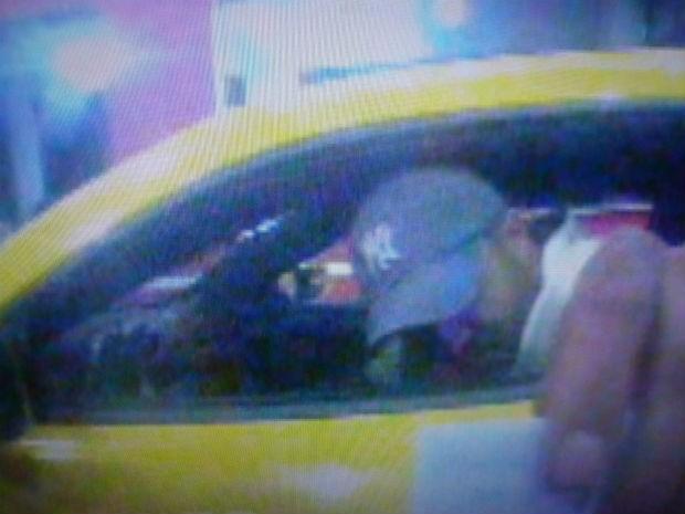 Assaltante utilizou um cartão de morador para entrar pela portaria. (Foto: Reprodução/TV Tem)