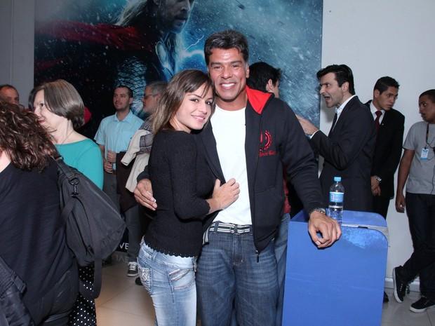 Maurício Mattar com a namorada, Bianca Andrade, e o filho em pré-estreia no Rio (Foto: Alex Palarea/ Ag. News)