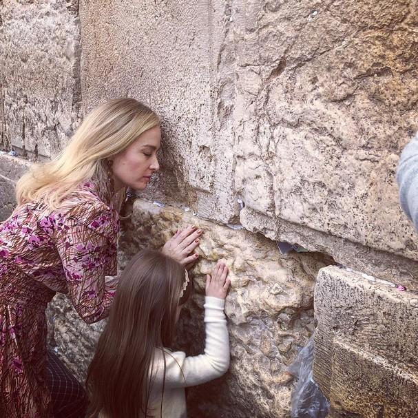 Angélica e Eva no Muro das Lamentações (Foto: Instagram/Reprodução)