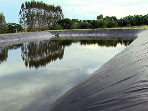 Espaço acumula água da chuva em Ribeirão Bonito (Foto: Marlon Tavoni/EPTV)