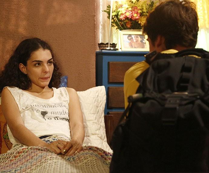 Ciça faz proposta a Rodrigo, ela quer que o menino durma no hostel (Foto: Raphael Dias/Gshow)