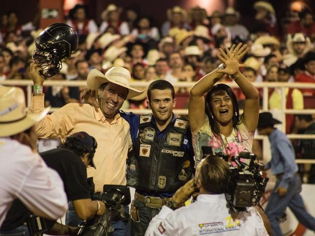 Os pais de Kaíque Pacheco comemoram com ele a vitória do Rodeio Internacional de Barretos (Foto: Mateus Rigola/G1)