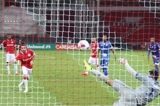 Lisandro marca contra o Cruzeiro-RS (Foto: Diego Guichard)