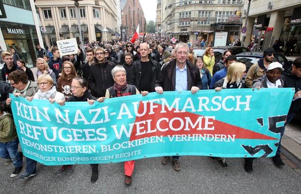 Milhares de pessoas se manifestam em Hamburgo, Alemanha, a favor dos refugiados e contra xenofobia. 'Sem demonstrações nazistas. Refugiados são bem-vindos', diz a faixa. (Foto: Bodo Marks/AFP)