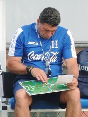 Suárez organiza prancheta tática no treino em Porto Feliz (Foto: Alan Schneider)