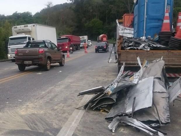 Destroços do acidente entre carreta e ônibus na pista da BR-040 (Foto: Luiz Felipe Falcão/G1)