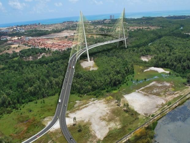 Projeção de como será a ponte estaiada sobre o Rio Cocó (Foto: Governo do estado/Divulgação)