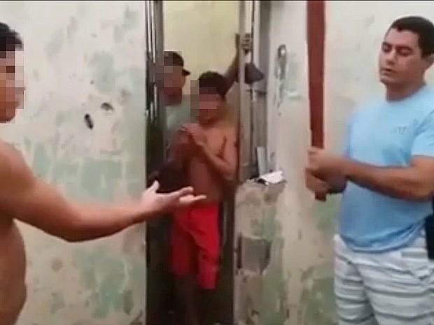 Vídeo mostra preso sendo agredido com pedaço de pau  (Foto: Reprodução/Arquivo Pessoal)