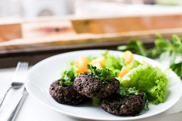 Hambúrguer vegano: aprenda receita feita com feijão preto (Foto: Simplesmente)