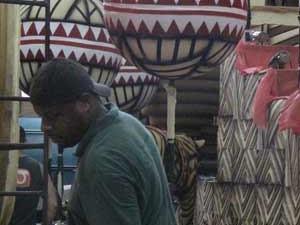 Artesãos trabalham no carro alegórico do Salgueiro que retrata o continente africano (Foto: Alba Valéria Mendonça/ G1)