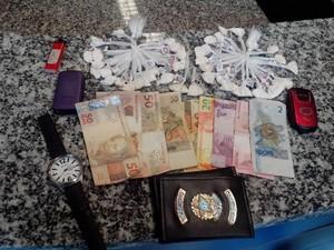 Cocaína foi apreendida na bermuda e na cueca do suspeito (Foto: Divulgação/24º BPM)
