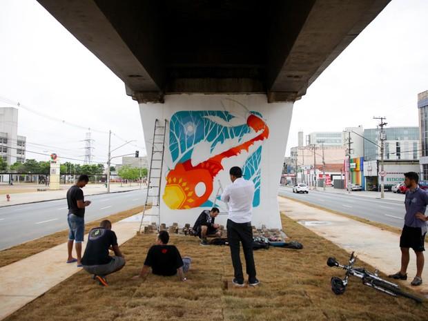 Artistas cobrem com murais de grafite pilastras da Av. Cruzeiro do Sul, na Zona Norte de São Paulo. As obras integram o 2º Museu Aberto de Arte Urbana, iniciativa dos grafiteiros Binho Ribeiro e Chivitz que conta com a participação de mais de 20 artistas. (Foto: Fábio Tito/G1)