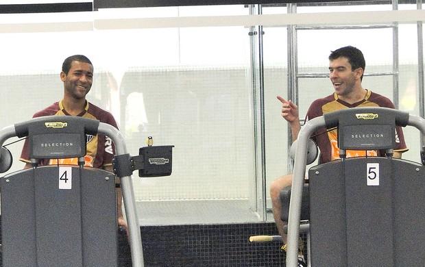 Pierre e Leandro Donizete no treino do Atlético-MG (Foto: Fernando Martins / Globoesporte.com)