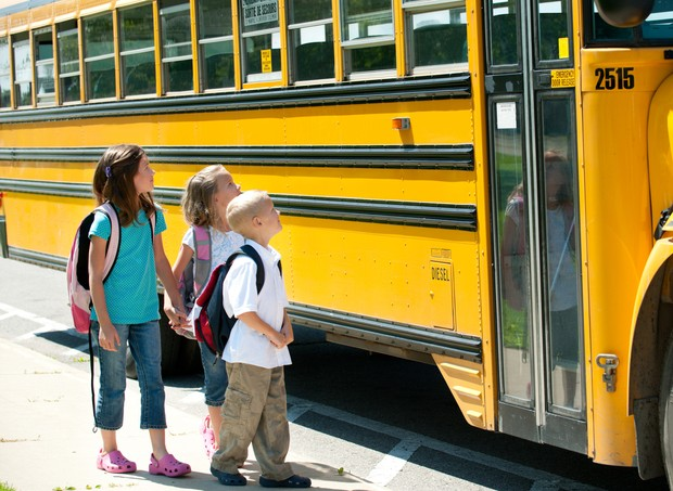 Nos Estados Unidos, a maioria das crianças vai a escola de ônibus amarelo (Foto: Thinkstock)