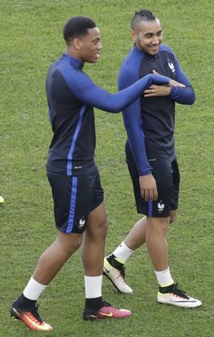 Martial e Payet no treino da França (Foto: AP Photo/Ariel Schalit)