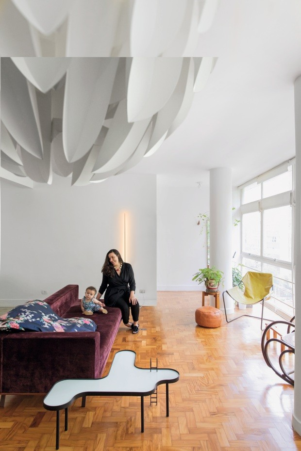 Mariana e Lina aproveitam o conforto do sofá Sputinik, design de Marcus Ferreira, da Decameron Design, com almofadão feito de tecido vindo do Vietnã. Em primeiro plano, destaca-se a mesa Piscina, do Estúdio Rain (Foto: Maíra Acayaba / Editora Globo)